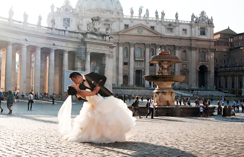 Bride and Groom kissing in Rome